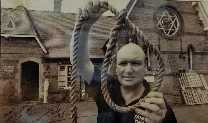 "NEWSPAPER ARTICLE FEATURING THE HANGMAN'S NOOSE USED BY JAMES BERRY ON THE FAILED ATTEMPT TO EXECUTE JOHN "" BABBACOMBE"" LEE FEATURED IN THE WESTERN DAILY PRESS ON NOVEMBER 21ST 2002"